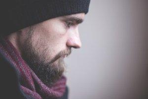 La bienveillance ou comment penser à soi sans culpabiliser - homme barbu, tête baissée, semblant honteux ou pensif