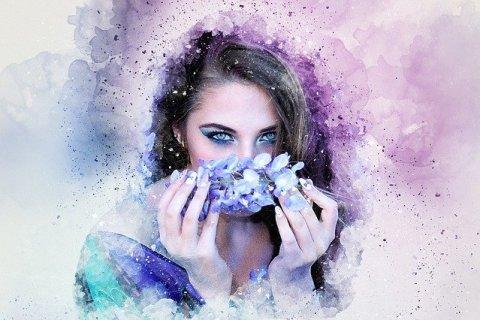 Jeune femme sentant des fleurs