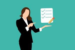 Le syndrome de l'imposteur et le test l'Echelle de Clance - femme présentant une check-list