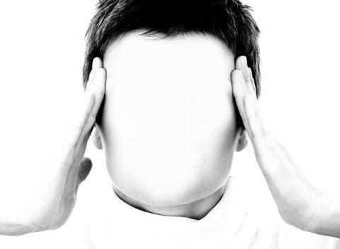 Le syndrome de l'imposteur ou la dévalorisation de soi - Femme sans visage se tenant la tête des deux mains