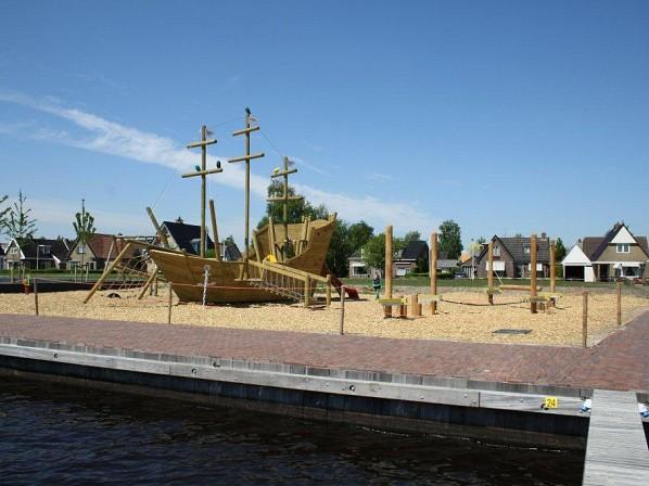 Spelen in de haven & bij het bezoekerscentrum in Earnewâld.