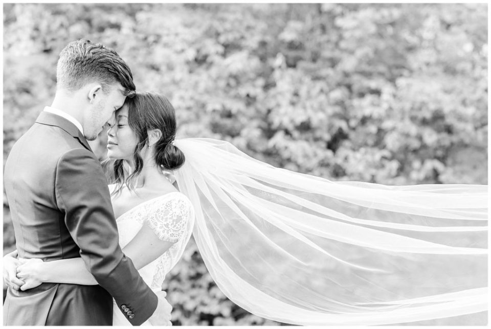 bryllupsinspiration til  udendørs bryllupsbilleder i naturen ved aarhus taget af bryllupsfotograf jeanette merstrand