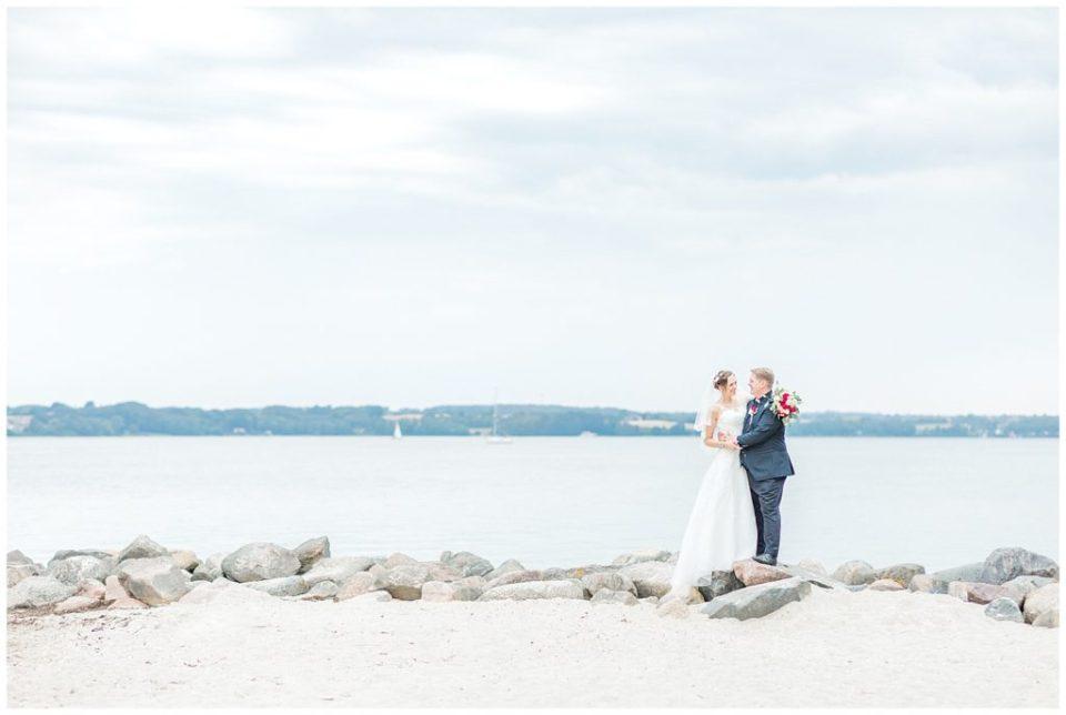 udendørs bryllupsportrætter på stranden i aarhus taget af københavn bryllupsfotograf jeanette merstrand til bryllupsinspiration