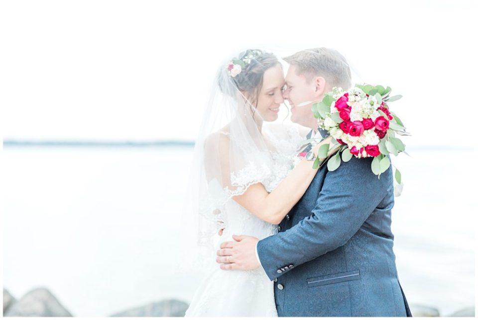 udendørs bryllupsbilleder på stranden i aarhus taget af københavn bryllupsfotograf jeanette merstrand til bryllupsinspiration