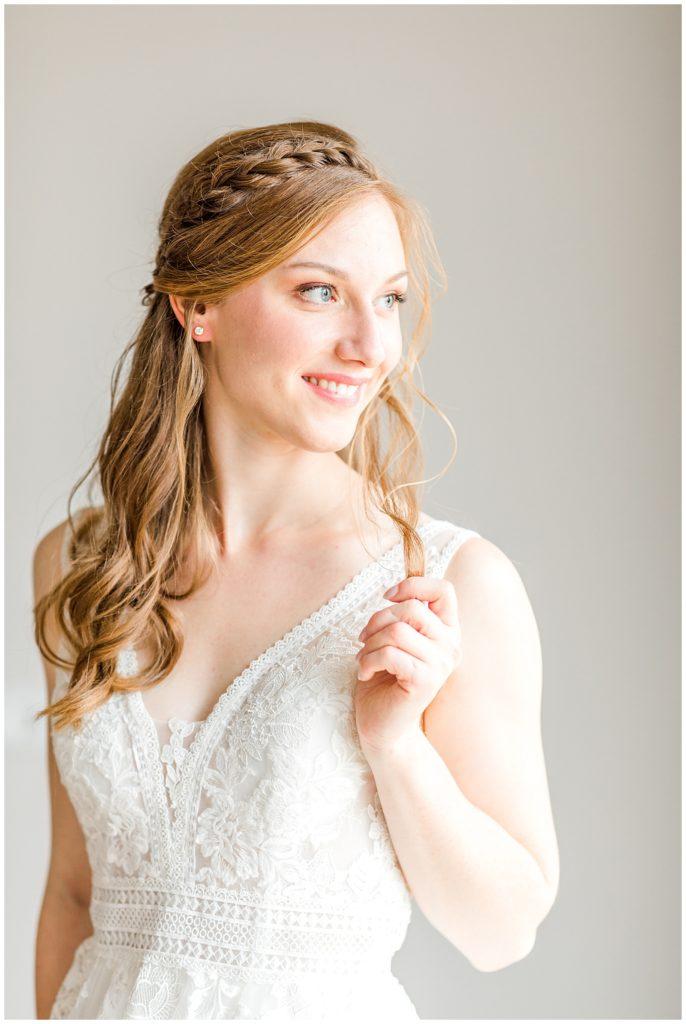 bryllupsbilleder af ringene og brudekjolen og andre bryllupsdetaljer