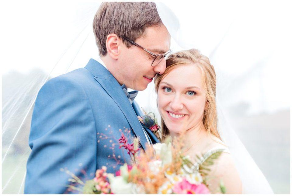 bryllupsportrætter taget til et rustikt efterårsbryllup af bryllupsfotograf jeanette merstrand