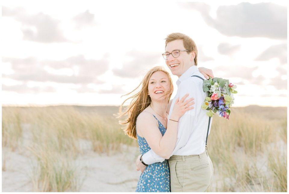 forlovelsesbilleder på stranden inspiration af bryllupsfotograf
