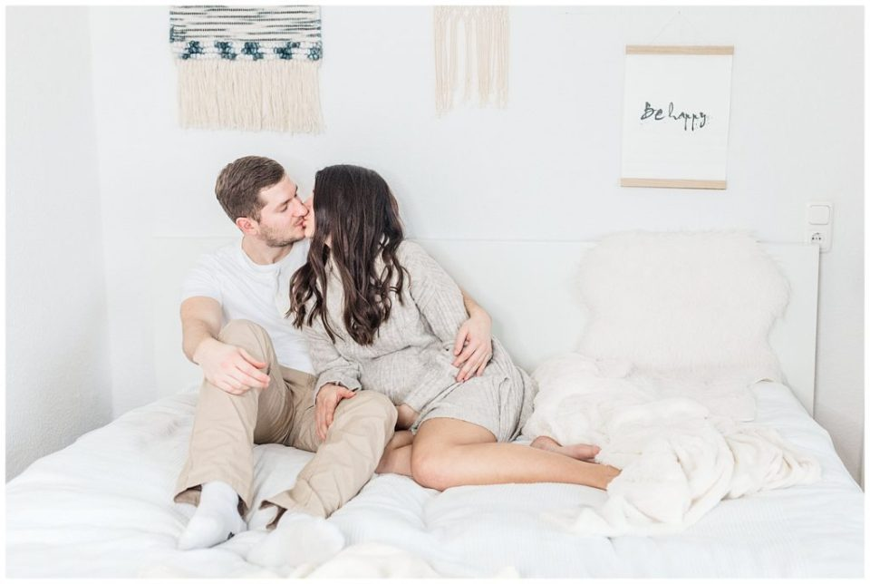indoor lifestyle maternity pictures by danish photographer jeanette merstrand