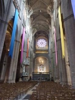 La tribune du choeur, le maître autel, la chaire et la rosace occidentale