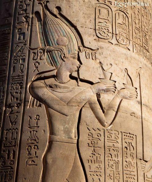 Relief de Ptolémée portant la couronne