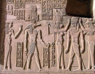 Bas-relief représentant Ptolémée devant le dieu Sobek