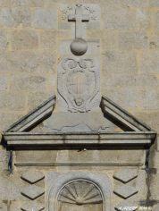 Emblème de l'ordre des Chartreux, un globe surmonté d'une croix et de sept étoiles, représentant les sept compagnons de Saint Bruno