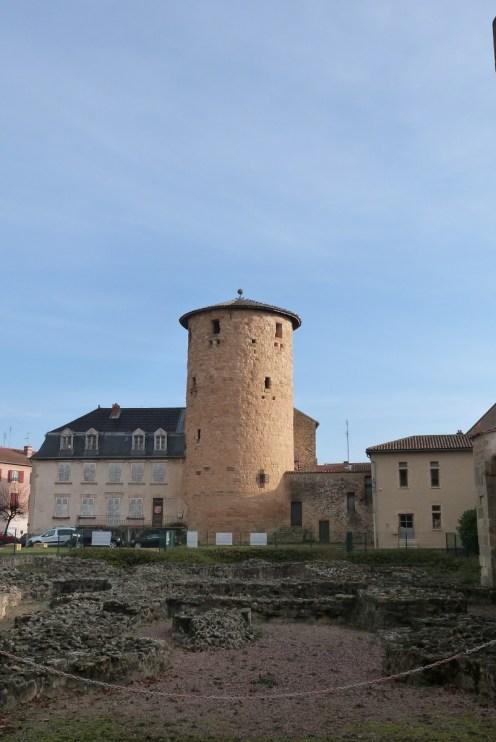 Tour Philippe Auguste-vestiges de l'église prieurale