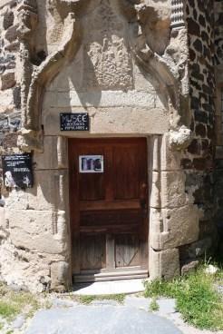 Le château du Monastier-sur-Gazeille- sculpture de l'entrée de la tour d'escalier
