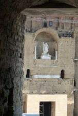 Statue d'Auguste dans sa niche vue d'un vomitoire