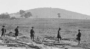 Photo des officiers fédéraux regardant les tombes de leurs soldats sur le champ de bataille à Cedar Mountain, en Virginie