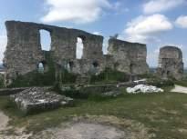 Basse cour, mur de la chapelle et Tour des latrines.