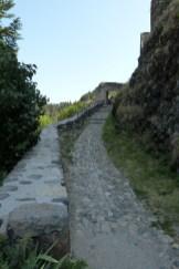 La rampe d'accès au château dominée par le rempart nord-ouest