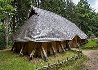 Une maison d'époque mérovingienne reconstituée