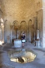 Bassin d'immersion du baptistère et abside ouest