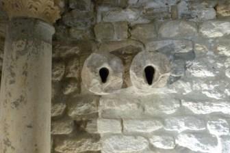Probablement deux tuyaux d'alimentation en eau du baptistère.