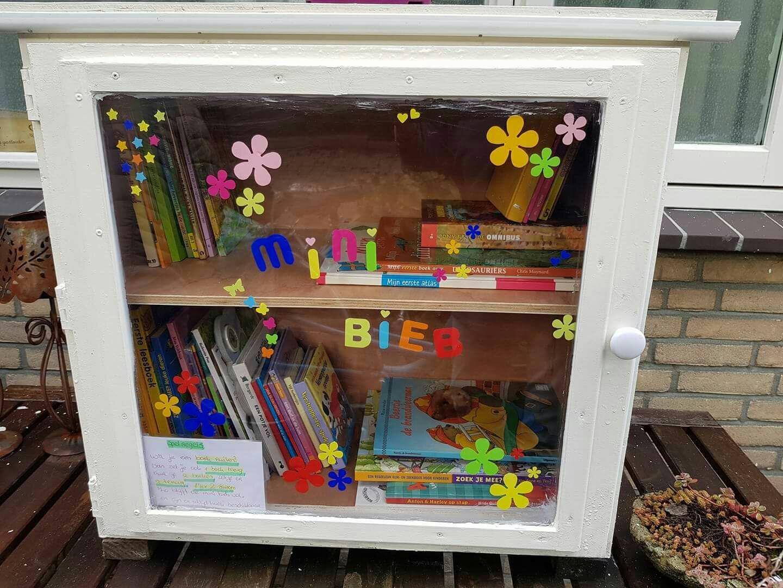 Boekenkast Voor Uitnodigend : Eerste openbare boekenkast in nieuwerkerk aan den ijssel is een feit