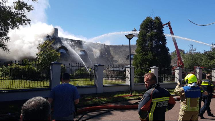 Brand in een woning met een rieten dak 's Gravenweg Capelle zorgt voor veel rook
