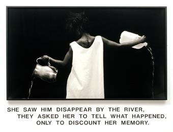 Waterbearer [Porteuse d'eau], 1986 Lorna Simpson Épreuve gelatino-argentique, lettres en vinyle, 149,9 x 203,2 x 5,7 cm l'ensemble. Courtesy l'artiste, Salon 94, New York, et Galerie Nathalie Obadia, Paris/Bruxelles. © Lorna Simpson