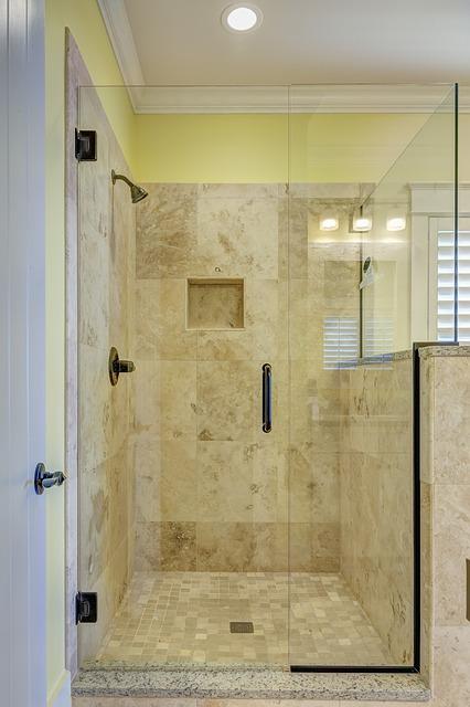 douche à l'italienne plain-pied avec receveur à carreler
