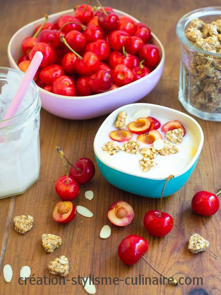 Yaourt maison au lait d'amande, cerises et granola