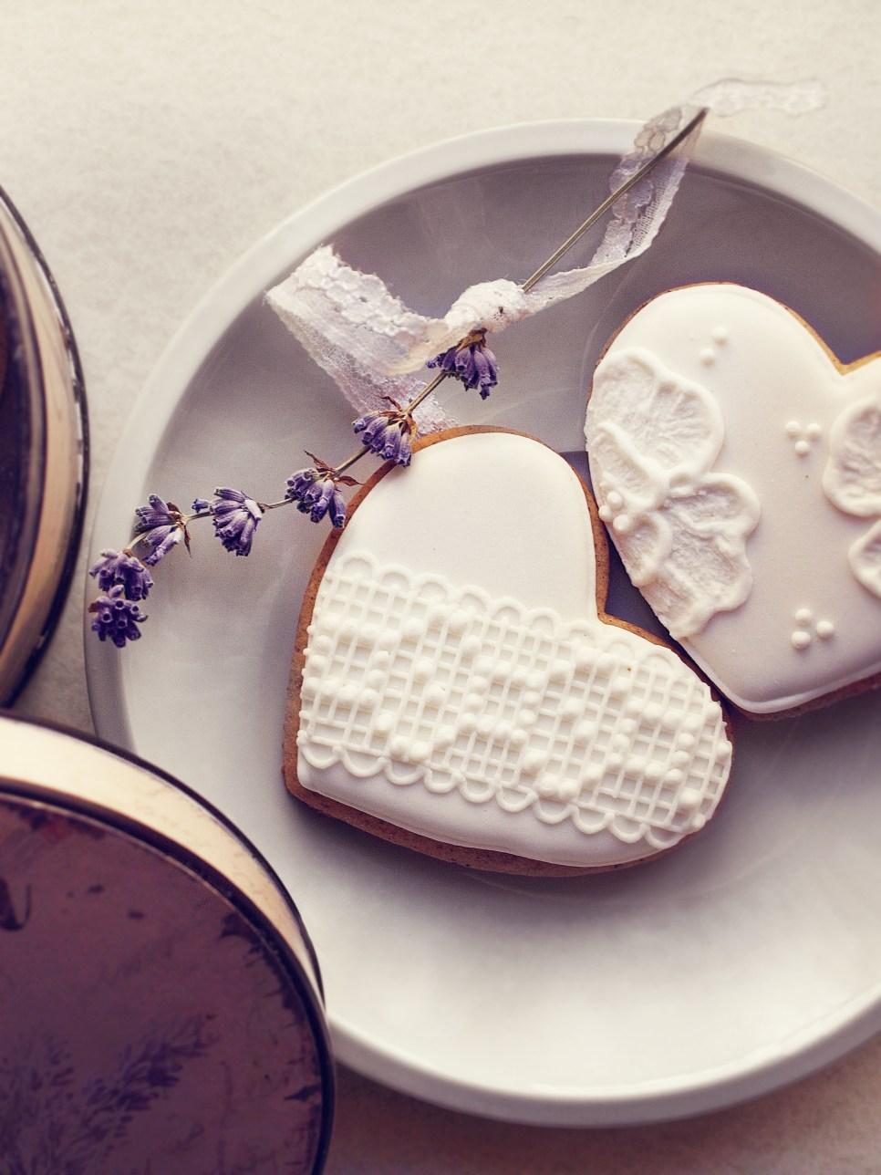 Jedan-frajer-i-bidermajer-kolaci-za-vencanje-poklon-za-goste-cipka-srce.jpg
