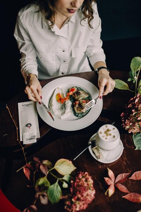 Jedan_frajer_i_bidermajer_Doncafe_dinner_table