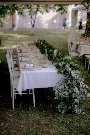 Jedanfrajeribidermajer_newlyweds_table
