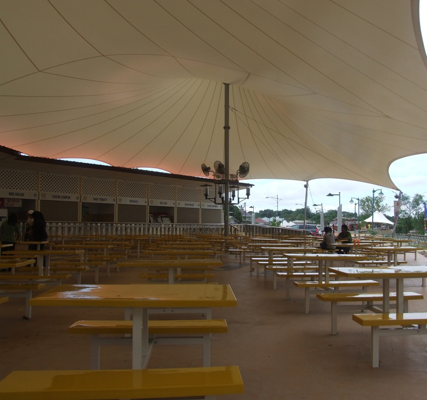 The food courts by the river, the tent structure is quite nice, so it's a pity that it's placing is a nuisance to both tourists and the villagers.