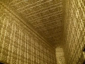Wnętrze Botataung Pagoda - całe na złoto