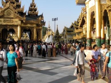 Tłumy w Shwedagon