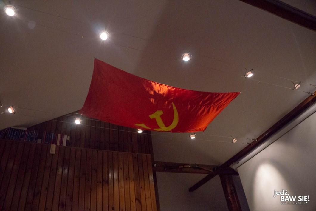 Nowe mieszkanie - flaga komunistyczna