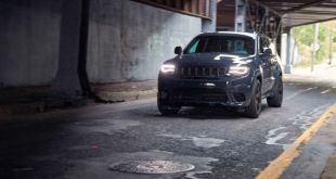 2018 Jeep Grand Cherokee Trackhawk front view