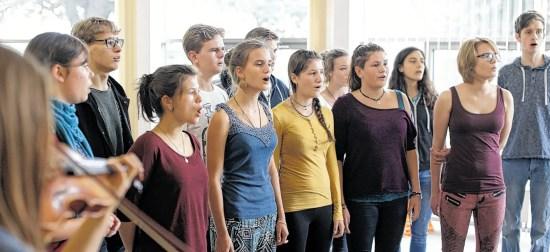 """Gemeinsam singen die Elftklässler der Gruppe """"Main"""" der Jeetzeschule in Salzwedel am Ende des Theaterstücks einen Song, den man aus den Charts kennt. Welcher das ist, wie die Schüler diesen zum Teil umgetextet haben und wie er klingt, erfahren Interessenten am Dienstag, 15. September, im Hansehof in Salzwedel. Fotos: Malte Schmidt"""
