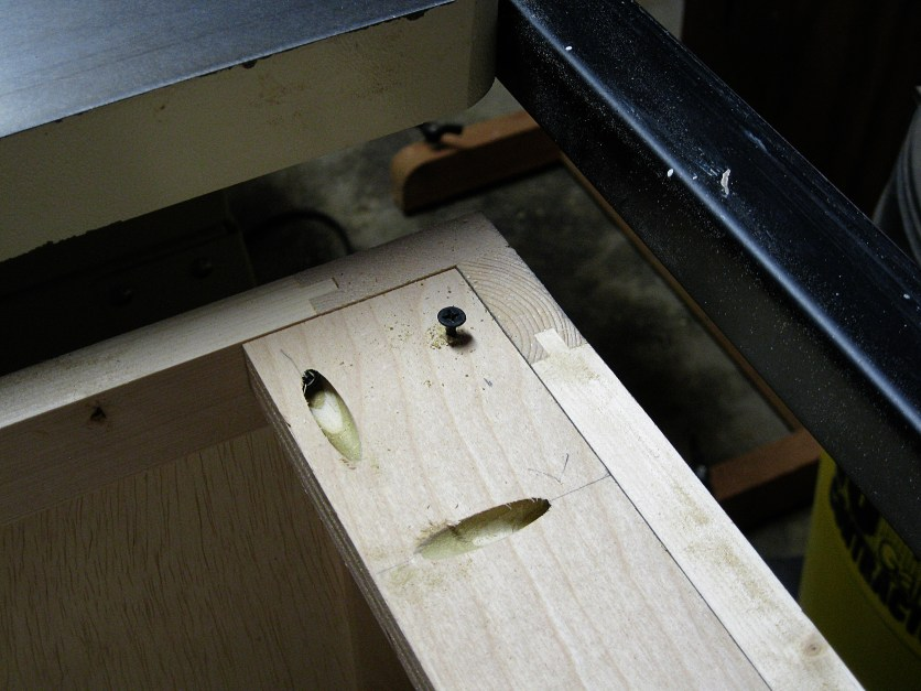 A screw at each corner enables table height adjustments.