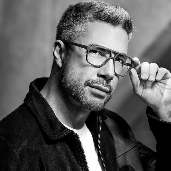 """e070b46498051 ... campanha focada 100% em óculos de grau. Intitulada """"Um Novo Olhar"""" e em  parceria com a empresa de lentes Essilor"""