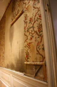 This is how one hangs silk wallpaper.