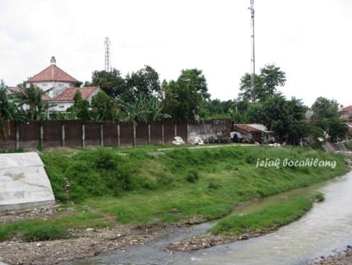 Sungai Gelis Kudus dengan istana Nitisemito