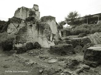 reruntuhan bangunan samping Pesanggrahan Rejowinangun