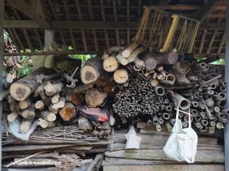 kayu bakar di depan rumah singgah