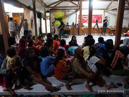 warga desa berkumpul di Balai Desa Dermaji