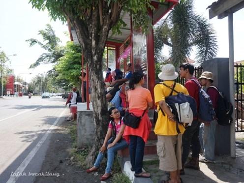 menunggu bus menuju Candi Baru