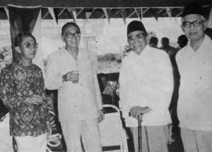 M. Natsir, Buya Hamka dan mantan perdana menteri Malaysia, Tun Abdul Razak di Serawak. Sumber foto: Buku : Kenang-Kenangan 70 tahun Buya Hamka (1979).