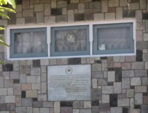 Plakat di dinding bagian depan rumah yang bertuliskan 'T.T.D Sukarno'
