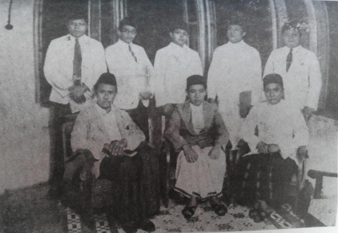 KH A. Wahid Haysim, duduk, kedua dari kiri. Bersama tokoh-tokoh Islam lintas organisasi dan kelompok, seperti Dr Sukiman, KH Faqis Usman, KH Mas Mansyur dll. Sumber foto: H. Aboebakar. 2011. Sejarah Hidup K.H.A. Wahid Hasjim. Bandung: Mizan Pustaka